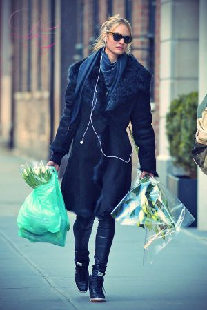 Candice leaving floral shop in Manhattan
