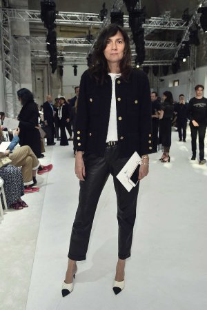 Emmanuelle Alt arrives at the Schiaparelli Haute Couture FW show