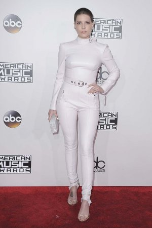 Halsey arrives at the 2016 American Music Awards