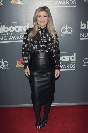 Kelly Clarkson attends 2018 Billboard Music Awards Photo Call