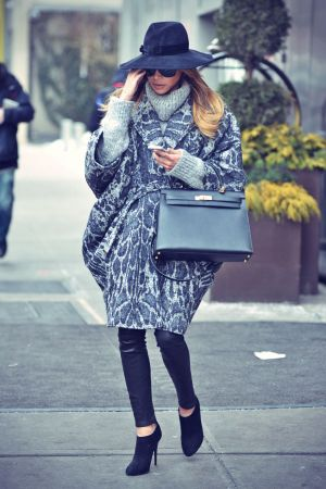 Naya Rivera heading out to run errands in the Soho neighborhood