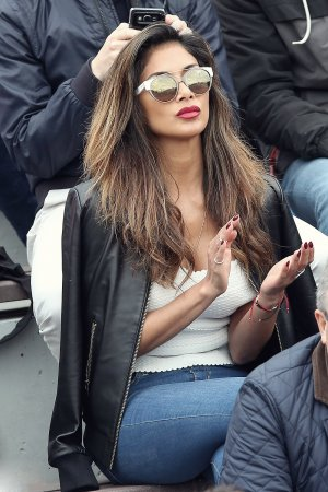 Nicole Scherzinger watching a tenis game