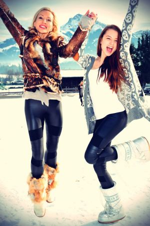 Ramona Drews & Joelina Drews in the snow