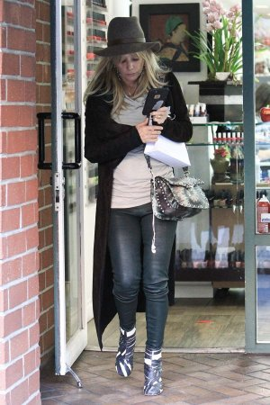 Rosanna Arquette leaves a nail salon