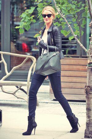 Rosie Huntington-Whiteley leaves her hotel