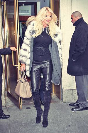 Victoria Silvstedt emerges from Cipriani restaurant