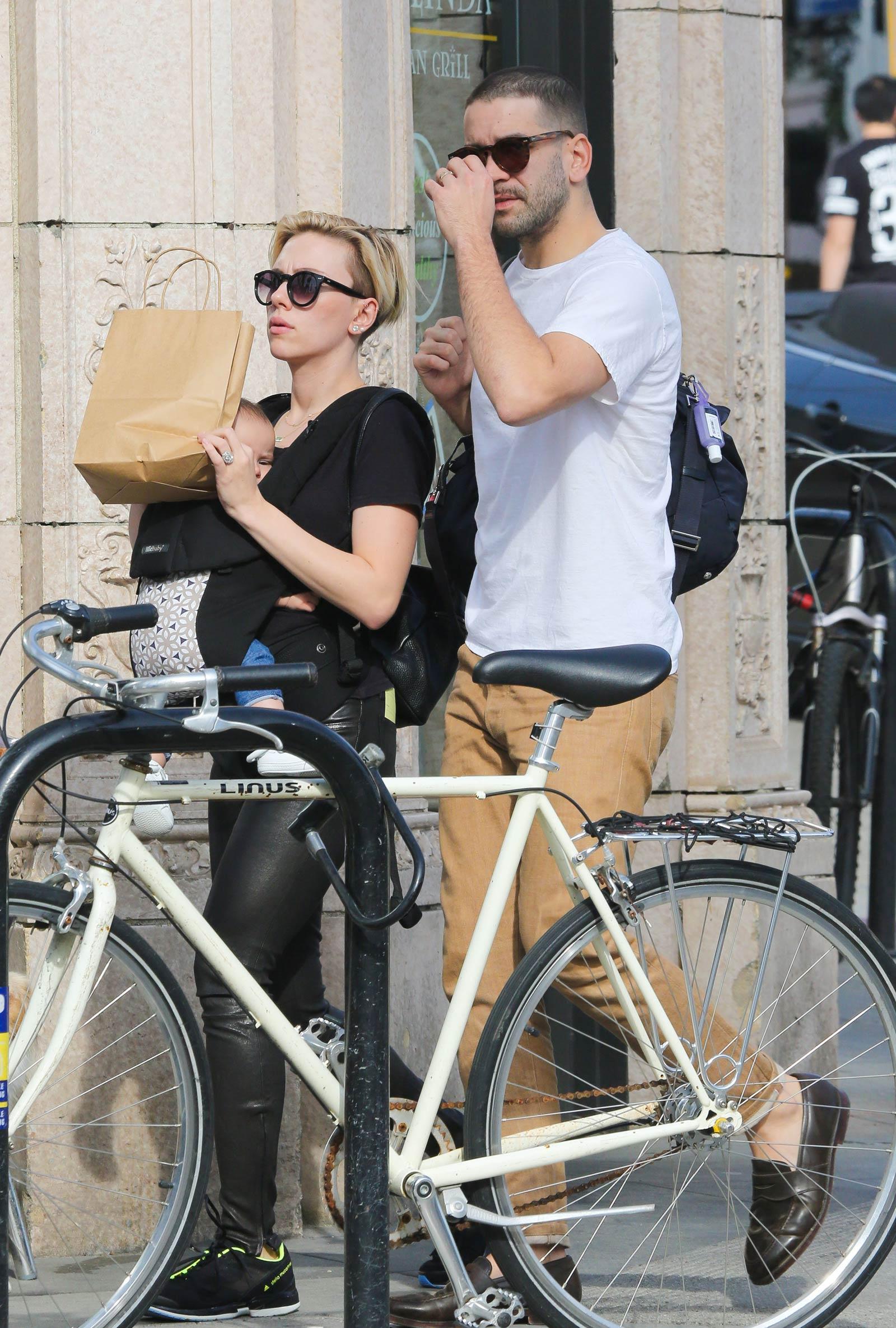 Scarlett Johansson shopping in Venice Beach