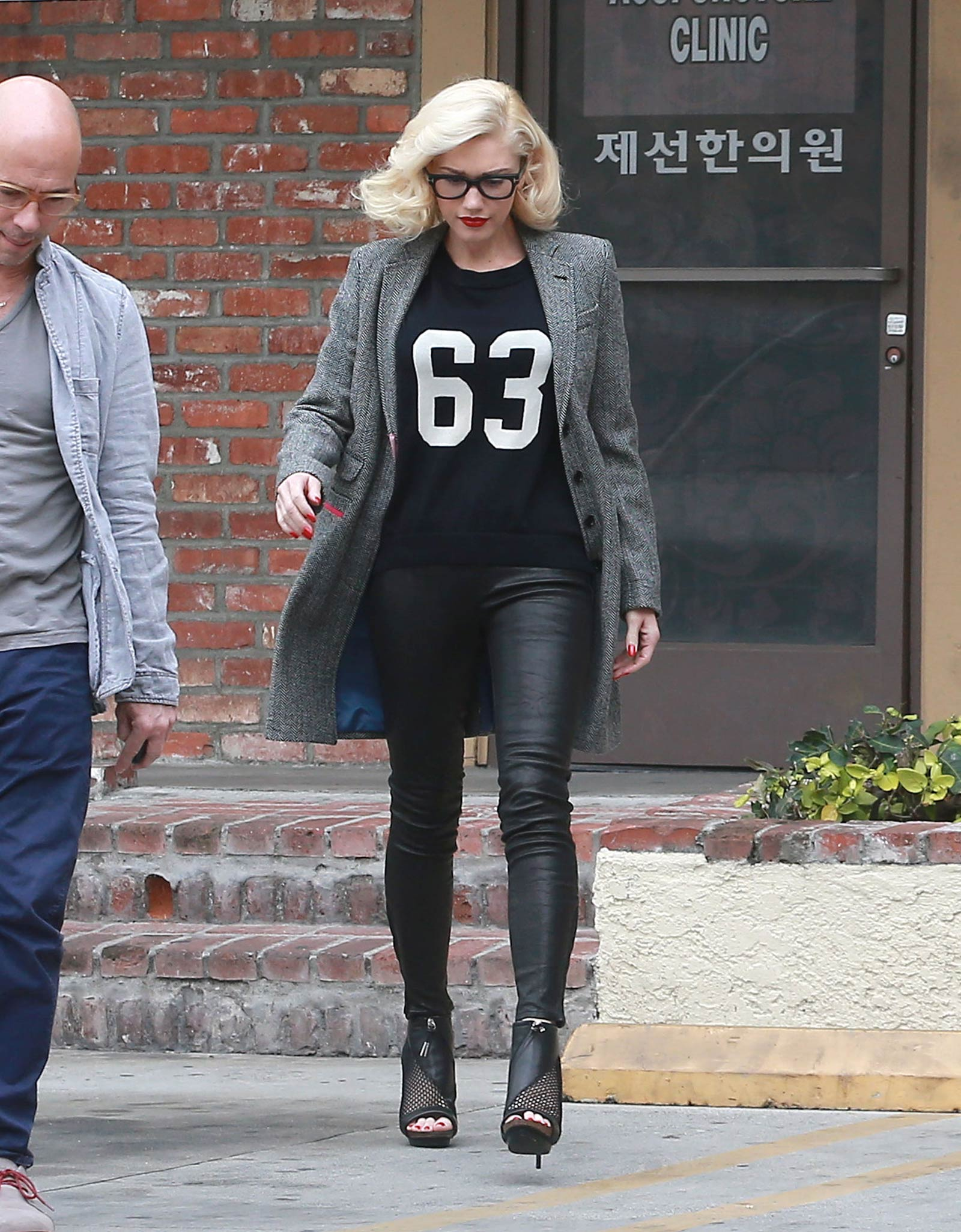 Gwen Stefani at a acupuncture clinic