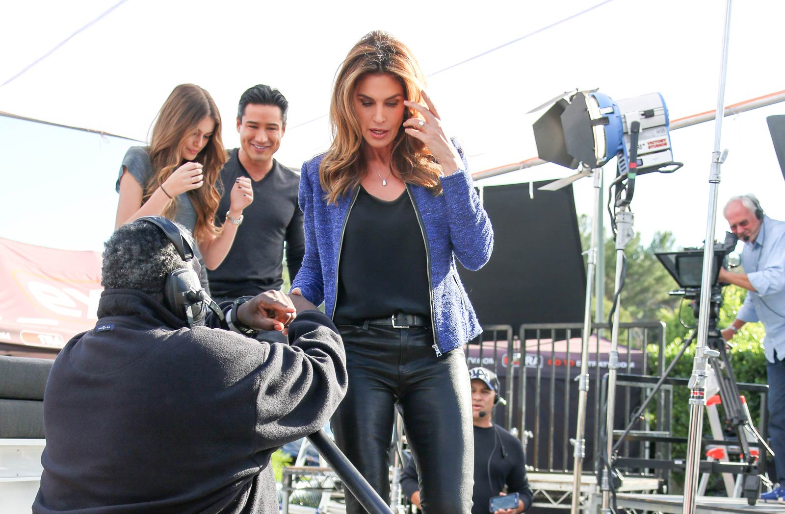 Cindy Crawford makes an appearance on Extra