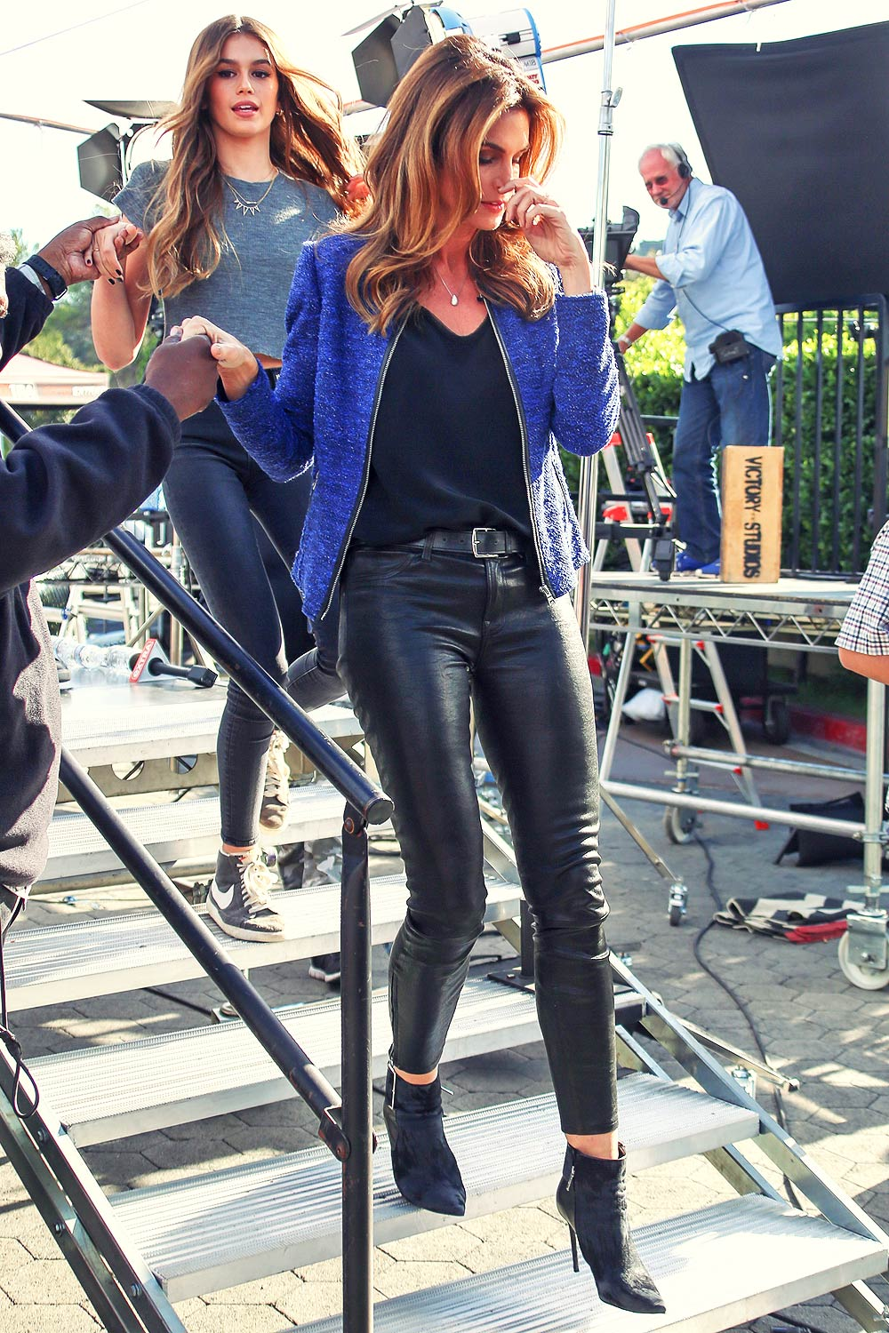 Cindy Crawford Makes An Appearance On Extra Leather