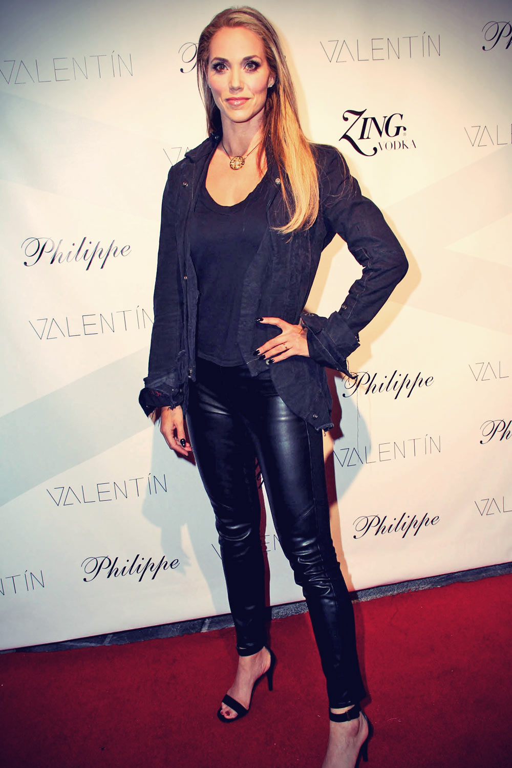 Elizabeth berkley leather style trends leather celebrities elizabeth berkley attends a valentin clothing line event la voltagebd Image collections
