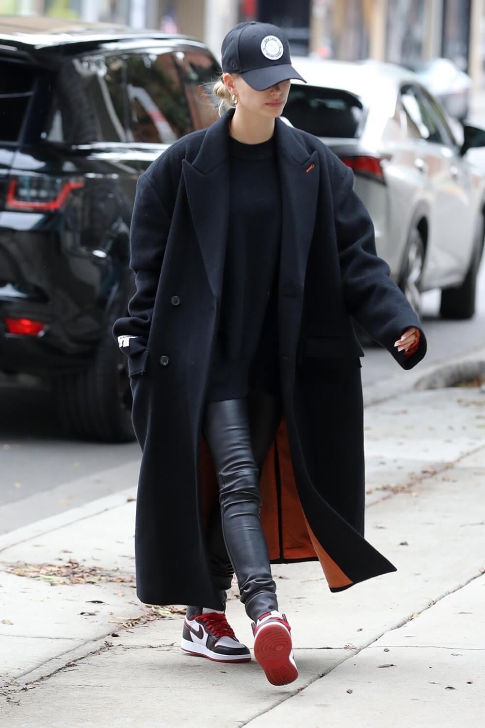 Hailey Baldwin going to a hair salon