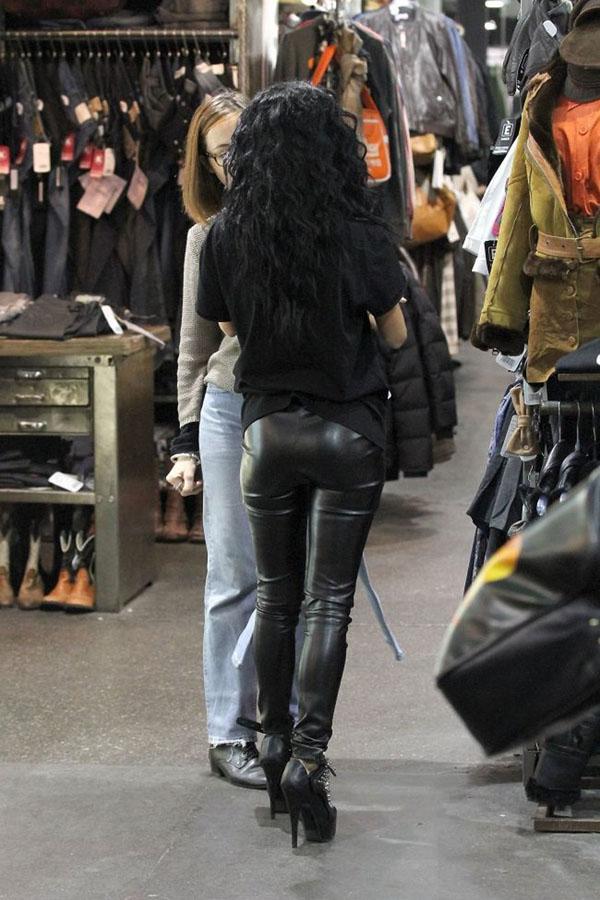 Inna shopping in Paris