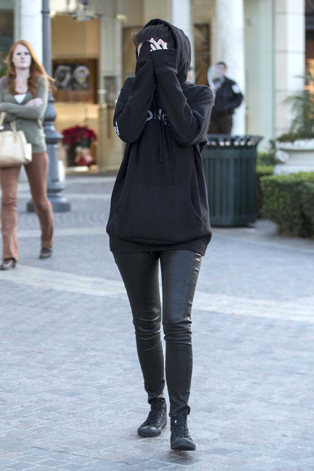 Kylie Jenner Covers her face after picking out jewelry