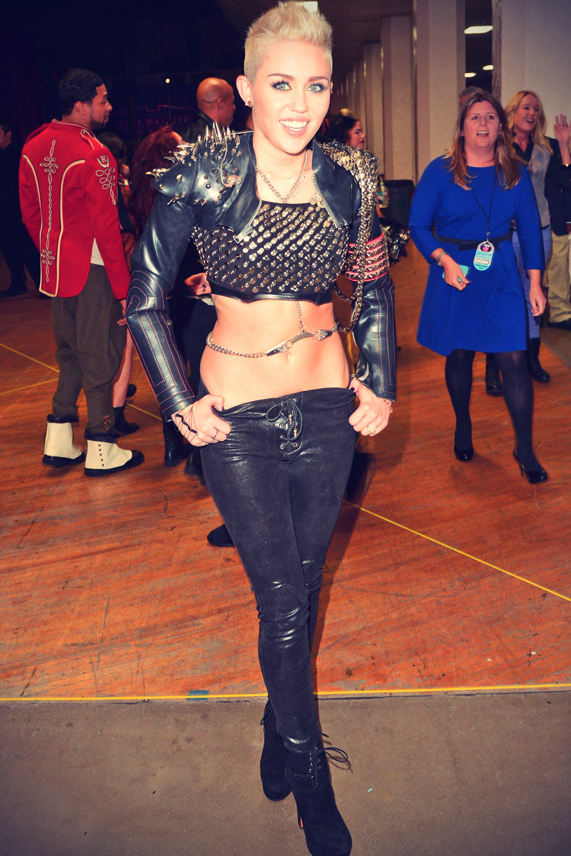 Miley Cyrus perform at VH1 Divas 2012
