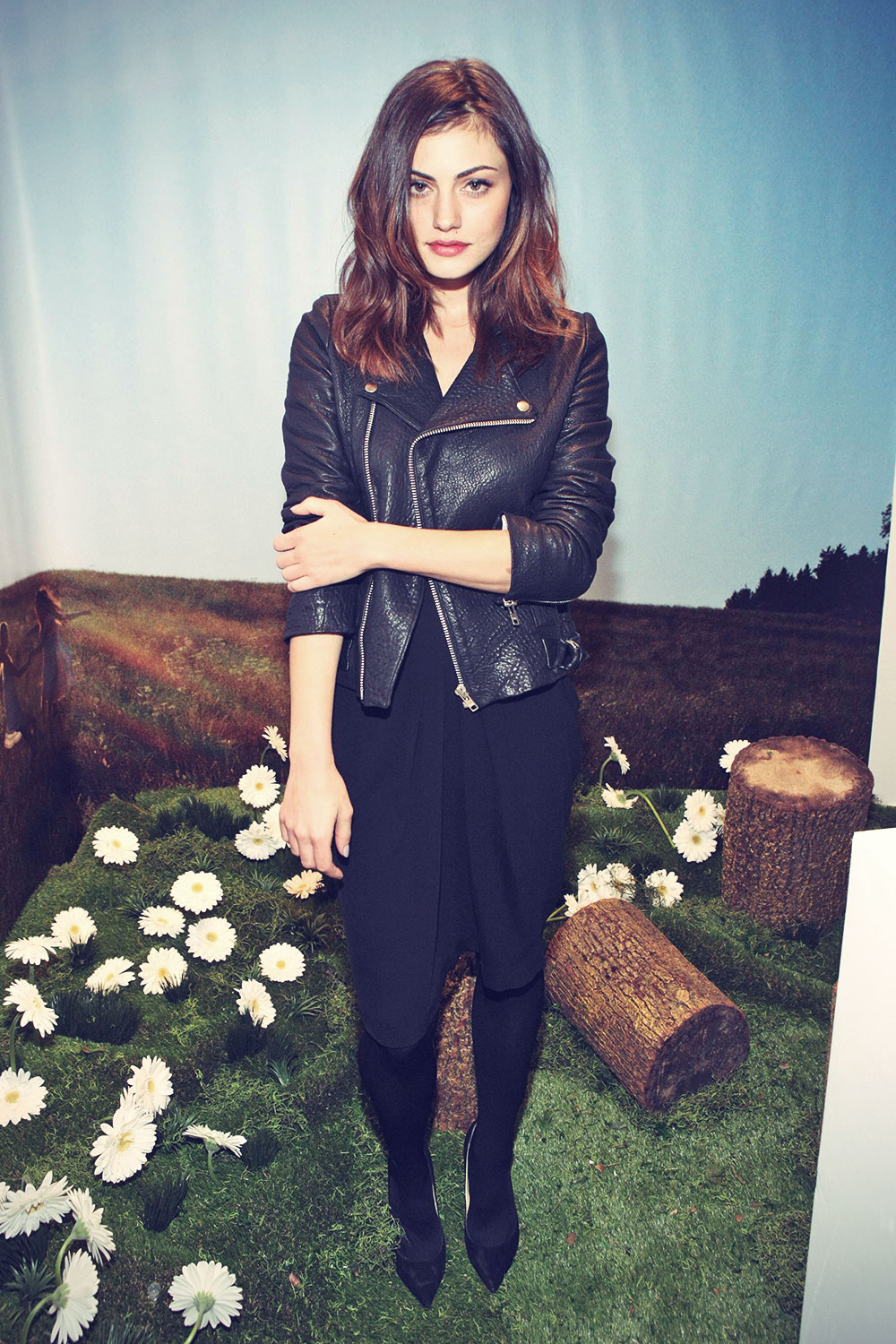 Phoebe Tonkin attends Marc Jacobs Daisy Tweet Shop