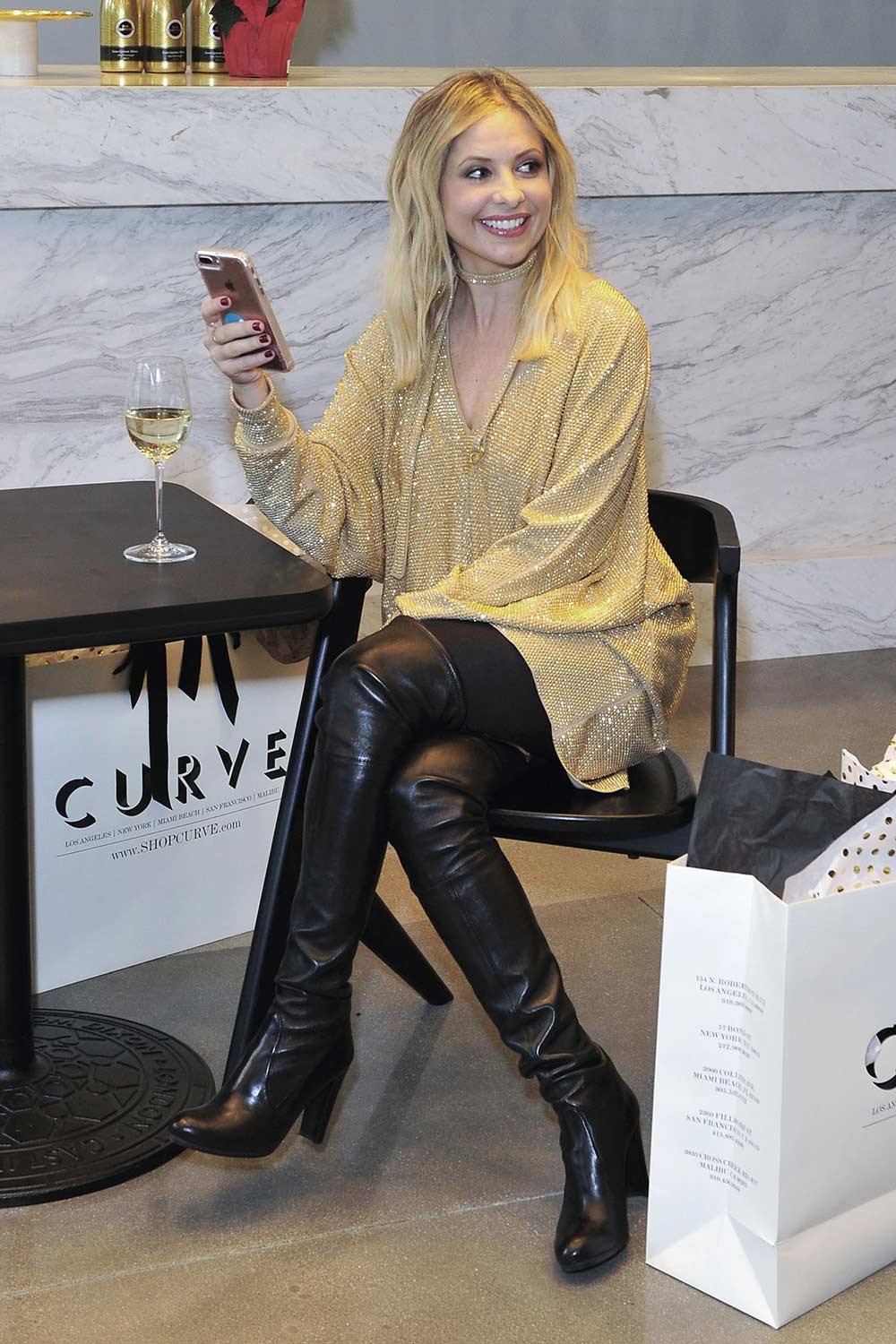 Sarah Michelle Gellar enjoys Sauvignon blanc in Limited Edition Holiday Bottle
