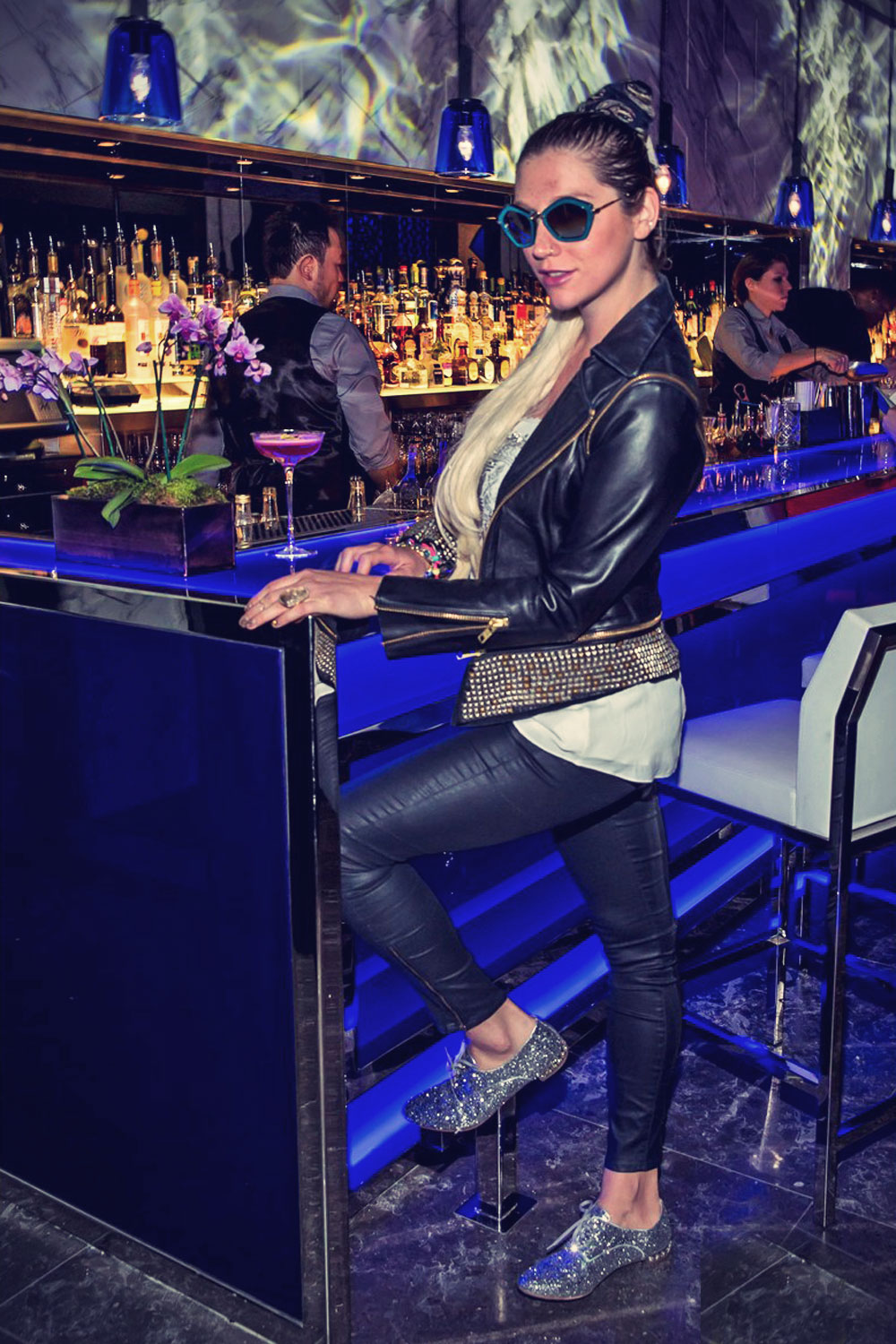 Kesha poses for a picture while visiting the Hakkasan restaurant